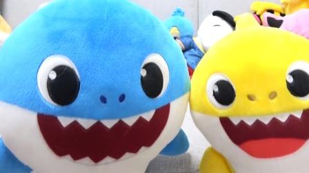 可爱的玩具鲨鱼穿越时空来到恐龙世界