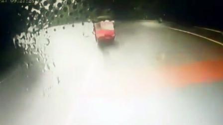 【重庆】三轮车越实线逆行与客车相撞 行车记录仪拍下惊险一幕