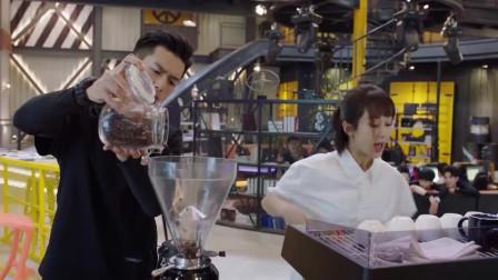 咖啡机买回来后,佟年忙里忙外给大家冲咖啡,韩商言却在一旁帮倒忙