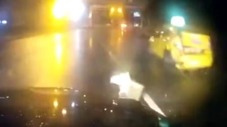 【重庆】男子深夜追尾出租车后逃逸 全程被行车记录仪拍下