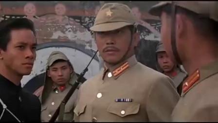 汉奸带日本鬼子以为有枪了不起不料身边全是中国人被乱棍打死
