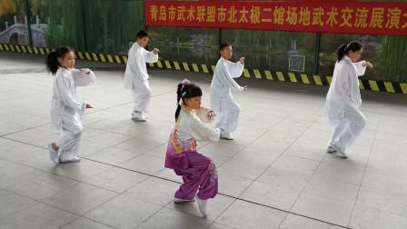 """青岛栈桥武术队集体表演""""24式太极拳"""",结合古代的导引术和吐纳术!"""