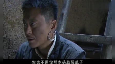 边城汉子:男子抽了口烟后开始说话,身旁女人认真地听他说