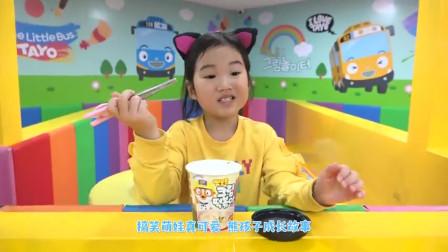 萌娃小可爱背着哥哥偷吃炒年糕,小可爱吃的好香啊,萌娃:吃的好饱啊!