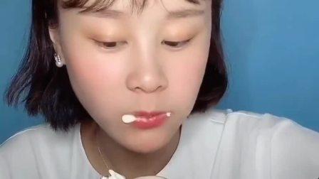 中国吃播:妹子吃草莓奶油蛋糕,好吃到不顾形象,根本停不下来!
