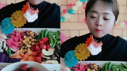 大妹子直播吃彩色果冻加奶油,一口下去超满足,是我向往的生活