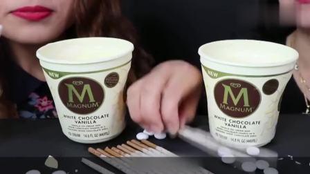 姐妹花吃白巧克甜品,梦龙冰淇淋搭配上百奇棒,看着真美味!