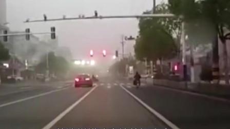 这就是妥妥的全责!还好有行车记录仪,直闯红灯看你下次长不长记性!