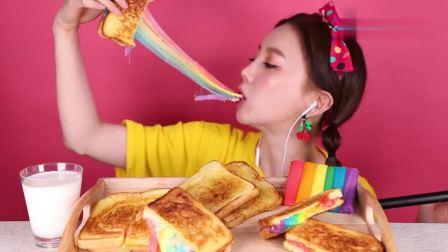 小姐姐吃彩虹拉丝吐司,拉丝的画面超级好看呀,羡慕小姐姐