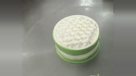 很适合新手做的蛋糕,制作过程很简单,在家也可以做!