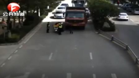 云南:惊险! 电动车被推行几十米