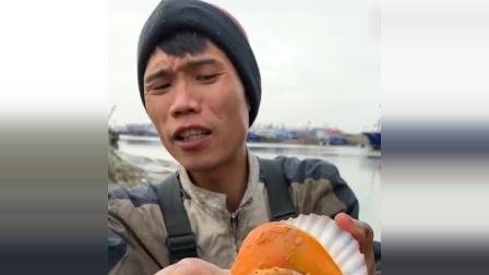 网红渔民大叔吃海鲜,这次是大扇贝,一口下去满满的幸福!