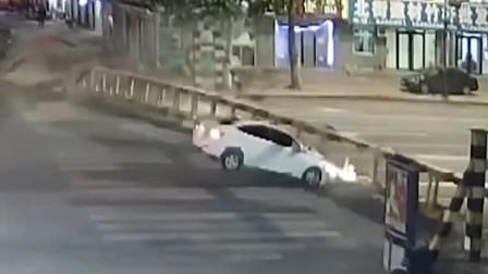 大货车撞断限高杆,旁边小轿车太倒霉,车头被砸个稀碎