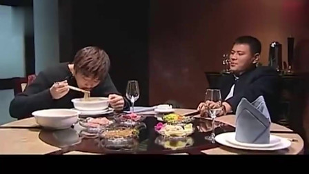 小伙飯店吃兩碗面結賬的時候被收2千6男子把你們經理叫來