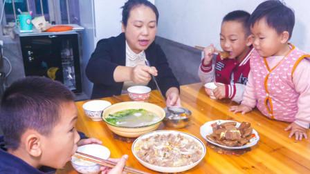 农村婆婆酿米酒,儿媳做一道白菜炒牛肉,一家人吃得好香