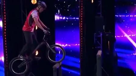 小哥自行车玩转全场,高处直接往下冲,杨幂眼睛都看直了