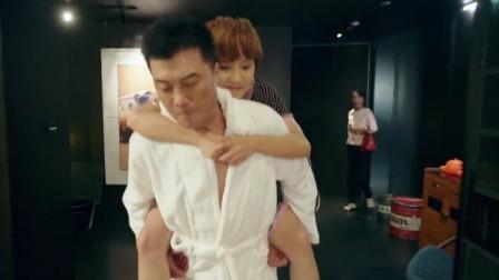 咱们相爱吧:男子在家正背着小女友,没想到前妻突然出现在背后