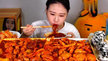 大胃王卡妹吃一锅海鲜炖粉条,配上饭团大口咀嚼,真佩服她的胃!