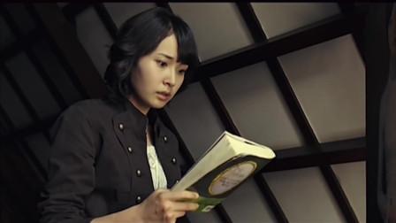 美女作家气愤冲进闺蜜画室,却见到自己写的书,书里纸张都被划破