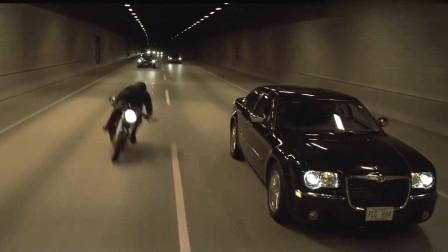 创战纪:小伙骑摩托车超速,想拦截可连他尾灯都看不到