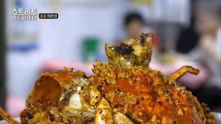 """街头美食斗士:香港特色小吃""""避风塘炒蟹"""",再来一杯啤酒完美!"""