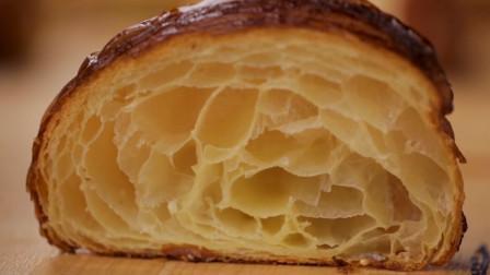 松软香嫩的牛角包如何制作的?听着老板讲解,感觉是在做艺术品啊