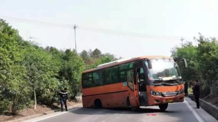 客车行驶中后轮脱落 司机一个举动29名乘客无人受伤