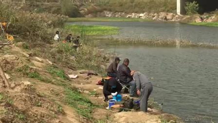 每到周末河边坐满了人,男女老少都有,这都是真正钓鱼爱好者!
