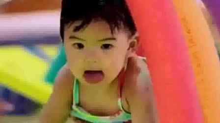 妈妈是超人:咘咘学游泳解锁新技能,波妞就像鱼儿自在什么都不怕.