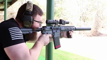 突击步枪配备消音器靶场射击,性能可靠,颜值高声音还小!