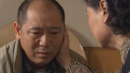 小伙下班到家,看到母亲偷偷抹眼泪,便猜出个一二