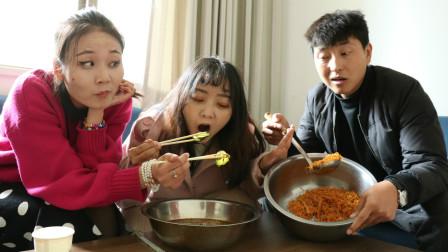 食堂每天都做面条,员工自己吃火锅,不料食堂大叔来蹭吃