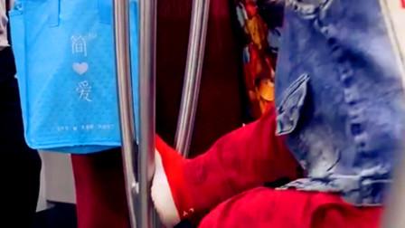 【重庆】熊孩子车厢扶杆上翻来跳去 家长却不制止