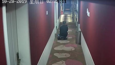 【重庆】男子酒店偷窥上瘾!走廊监控拍下诡异画面
