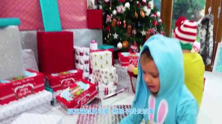 萌娃小可爱在圣诞树下发现了很多礼物!小家伙真是兴奋呀!萌娃:好多礼物呀!