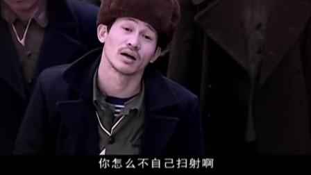 大院里,吴胖子调侃刘庄主胆小,看到望远镜里的景象立马怂了