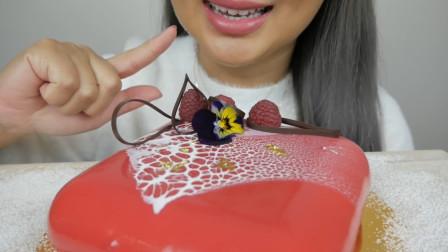 小姐姐吃树莓慕斯,一口下去超过瘾,看着就有食欲,