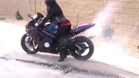 机车摩托:女司机开重摩托烧胎 屁股都翘上天了!