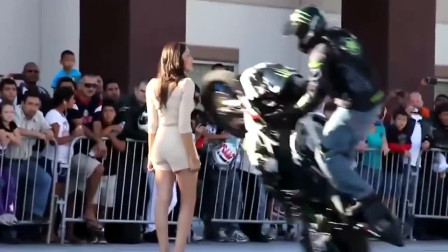 机车摩托:小伙当众表演顶级摩托车特技,看完后我服了!