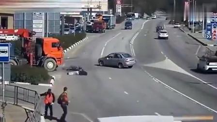 监控:小伙被大货车和小汽车夹攻,为了自保做出这个动作!