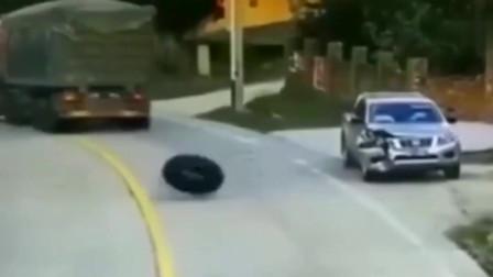"""皮卡车真是倒霉,连""""中""""两次,要不是监控谁信"""