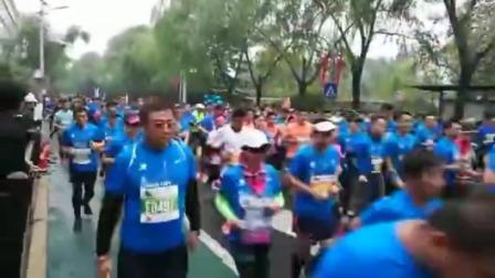 2019.11.2日上午7点半,2019泉城(济南)马拉松比赛2万名运动员开跑!
