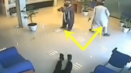 银行正在忙碌,突然保安倒地,监控拍下恐怖一幕