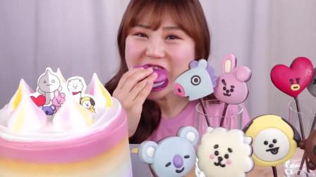 小姐姐今天吃彩虹蛋糕还有不同的甜品,光看颜色,我就觉得享受!