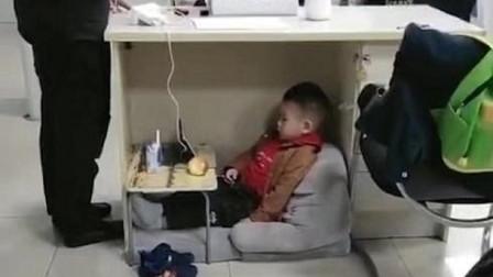 妈妈正在上班,儿子就在桌下看动画片,网友:乖得让人心疼
