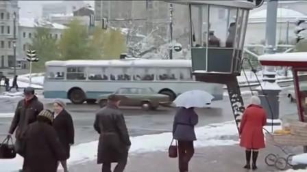 70年代的莫斯科很繁华,人们在公交车里看报纸