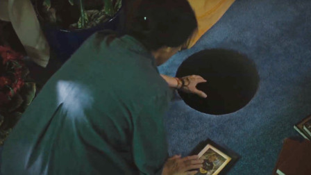 老伴刚去世,老人的床底下就出现一个黑洞,家具都被吸了进去
