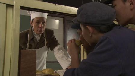 人是铁饭是钢:大厨做了忆苦饭,结果工人吃着真香,抢着要窝头
