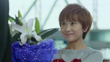 咱们相爱吧:美女给大叔男友送花,同事还以为是他女儿,真尴尬