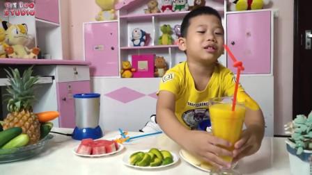 萌娃小可爱的果汁店营业啦,小可爱制作了美味的西瓜汁,萌娃:好喝的西瓜汁,欢迎品尝!